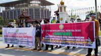 Mahasiswa berdemonstrasi menuntut Polda Riau tuntaskan pengusutan dana Yayasan Pembangunan Rokan Hulu di Universitas Pasir Pangaraian.  (Liputan6.com/M Syukur)