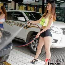 Gadis-gadis ini dengan cekatan dan terampil mengusap mobil dan menyemprotkan air menggunakan alat steam.