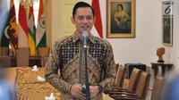 Ketua Kogasma Partai Demokrat Agus Harimurti Yudhoyono(AHY) memberi keterangan usai bertemu Presiden Joko Widodo atau Jokowi di Istana Kepresidenan Bogor, Jawa Barat, Rabu (22/5/2019). AHY mengaku diminta oleh Jokowi untuk menjadi jembatan komunikasi dengan SBY. (Liputan6.com/HO/Setkab/Oji)