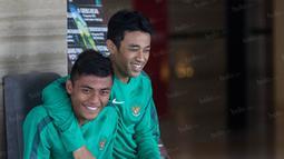 Mantan rekan setim di Arema Cronus, Beny Wahyudi dan Irsyad Maulana melepas rindu dengan bersenda gurau di hotel jelang laga melawan Malaysia. (Bola.com/Vitalis Yogi Trisna)