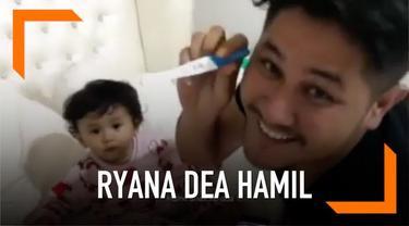Lewat instagram pribadinya, Ryana Dea menyampaikan kabar bahagia. Ia tengah mengandung buah hatinya yang kedua.