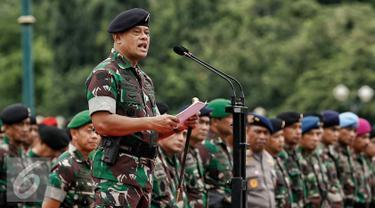 Panglima TNI Jenderal Gatot Nurmantyo berpidato saat memimpin Apel Gelar Pasukan Pengamanan KTT OKI ke-5 di Silang Monas, Jakarta, Selasa (1/3). Sebanyak 10.150 ribu pasukan TNI dikerahkan pada Apel tersebut. (Liputan6.com/Faizal Fanani)