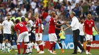 Para pemain Denmark bersalaman dengan pemain Prancis usai laga grup C Piala Dunia di Stadion Luzhniki, Moskow, Selasa (26/6/2018). Kedua negara bermain imbang 0-0. (AP/Matthias Schrader)