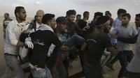 Perawat Palestina Razan Najjar dievakuasi sesaat setelah ditembak tentara Israel di perbatasan Gaza. Tak lama kemudian ia meninggal dunia. (Adel Hana/AP)