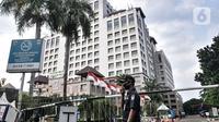 Petugas keamanan saat berjaga di depan Kantor Wali Kota Jakarta Selatan, Jakarta, Kamis (17/9/2020). Kantor Wali Kota Jakarta Selatan ditutup sementara mulai hari ini hingga dibuka kembali pada 21 September setelah tujuh ASN ditemukan positif terpapar Covid-19. (merdeka.com/Iqbal S. Nugroho)