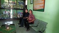 Orang tua siswa miskin (baju batik) didampingi anggota dewan mendatangi SMAN 3 Ponorogo (Liputan6.com/Dian Kurniawan)