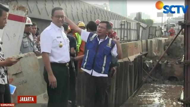 Anies melihat langsung proyek pembangunan LRT disekitar Pancoran yang masih dalam pembangunan.