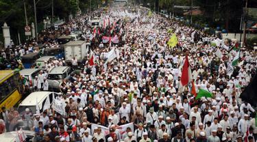 Ribuan umat muslim memenuhi ruas jalan Medan Merdeka Timur untuk melakukan aksi di depan Balai Kota Jakarta, Jumat (14/10). Mereka mendesak Gubernur DKI Jakarta, Basuki Tjahaja Purnama mundur. (Liputan6.com/Hemi Fithriansyah)