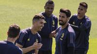 Striker Juventus, Cristiano Ronaldo, bercanda dengan rekannya saat sesi latihan jelang laga Liga Champions di Turin, Selasa (9/4). Juventus akan berhadapan dengan Ajax Amsterdam. (AFP/Marco Bertorello)