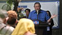 Ketua Dewan Pembina Partai Demokrat Susilo Bambang Yudhoyono (SBY) memberi sambutan saat peresmian Gerakan Pasar Murah Demokrat di Jakarta, Kamis (7/6). SBY ikut membagikan langsung paket sembako kepada warga.(Www.sulawesita.com)