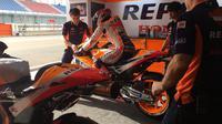 Pembalap Repsol Honda, Marc Marquez saat bersiap melakukan tes pramusim MotoGP 2018 di Sirkuit Losail, Qatar. (Twitter/Repsol Honda)