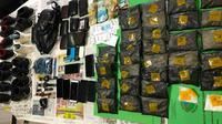 Barang bukti kasus narkoba berupa sabu yang diselipkan delapan pria asal Aceh dalam sepatu. (Liputan6.com/M Syukur)