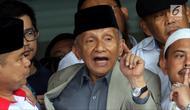 Ketua Dewan Kehormatan Partai Amanat Nasional (PAN) Amien Rais usai menjalani pemeriksaan di Polda Metro Jaya, Jakarta, Rabu (10/10). Amien enggan membeberkan isi dari pemeriksaan tersebut. (Liputan6.com/JohanTallo)
