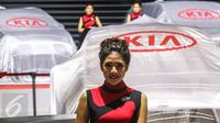 Model menjaga stand pameran mobil KIA saat pameran otomotif Gaikindo Indonesia International Auto Show (GIIAS) di ICE BSD, Tangerang Selatan, (11/08). GIIAS 2016 dimeriahkan oleh 361 booth pameran. (Liputan6.com/Fery Pradolo)