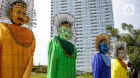 Ondel-ondel raksasa yang dipasang di Taman Ismail Marzuki (TIM), Jakarta, Selasa (22/6/2021). Sebanyak 10 ondel-ondel raksasa setinggi 4,94 meter akan dipamerkan di TIM saat peringatan HUT ke-494 DKI Jakarta yang berlangsung dari 22 hingga 30 Juni 2021. (Liputan6.com/Faizal Fanani)