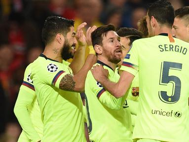 Penyerang Barcelona, Luis Suarez merayakan gol ke gawang Manchester United yang berasal dari bunuh diri Luke Shaw pada leg pertama perempat final Liga Champions di Stadion Old Trafford, Rabu (10/4). Barcelona menang tipis 1-0 atas Manchester United. (Oli SCARFF / AFP)