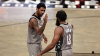 Kyrie Irving (kiri) akan berduet dengan James Harden (kanan) di NBA All-Star 2021. (AP/Adam Hunger).