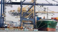 Suasana aktivitas bongkar muat barang ekspor impor di Pelabuhan Tanjung Priok, Jakarta, Senin (17/7). Badan Pusat Statistik (BPS) melaporkan kinerja ekspor dan impor Indonesia mengalami susut signifikan di Juni 2017. (Liputan6.com/Angga Yuniar)