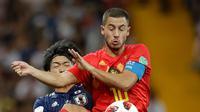 Pemain timnas Jepang, Gaku Shibasaki berebut bola dengan pemain Belgia,Eden Hazard pada 16 besar Piala Dunia 2018 di Rostov Arena, Selasa (3/7). Belgia lolos ke perempat final setelah mengalahkan timnas Jepang dengan skor 3-2. (AP/Petr David Josek)