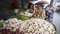 Aktivitas jual beli di pasar Kebayoran Lama, Jakarta, Kamis (6/2/2020). Harga cabai dan bawang putih mengalami kenaikan hingga mencapai dua kali lipat akibat musim hujan. (Liputan6.com/Angga Yuniar)