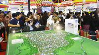 Pekerja  menerangkan kepada calon pembeli properti saat pameran Indonesia Property Expo (IPEX) 2018 di Jakarta Convention Centre, Sabtu (3/3). Gelaran tahunan ini juga digelar untuk mendukung Program Nasional Satu Juta Rumah. (Liputan6.com/Angga Yuniar)