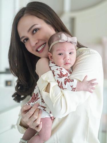 6 Potret Shandy Aulia saat Momong Anak, Bak ABG