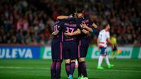 Para pemain Barcelona merayakan gol ke gawang Granada pada laga La Liga di Stadion Nuevo Los Carmenes, Minggu (2/4/2017). (AFP/Jorge Guerrero)