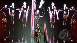 "Model tampil dalam pagelaran Indonesia Fashion Week 2015 karya Anne Avantie yang bertema ""Pasar Klewer Riwayatmoe Kini"" di JCC Senayan, Jakarta, Minggu (1/3). (Liputan6.com/Panji Diksana)"