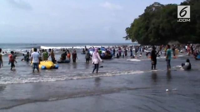 Akibat cuaca buruk, ubur-ubur keluar dari sarangnya dan menyengat puluhan wisatawan di Pantai Pangandaran.