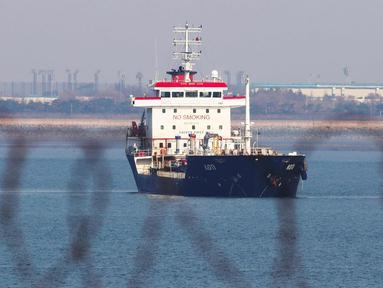 Kapal tanker berbendera Panama, KOTI berada di perairan dekat Pelabuhan Pyeongtaek, Kota Incheon, Korea Selatan, (1/1). Korsel menangkap kapal tersebut karena diduga melanggar sanksi PBB dengan mengirim pasokan minyak untuk Korea Utara. (AFP Photo/Yonhap)