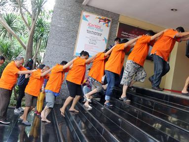 Pelaku ditunjukkan saat rilis perkara tindak pidana perjudian (pai kyu dan koprok) di Polda Metro Jaya, Jakarta, Rabu (14/3). Jatanras Ditreskrimum Polda Metro Jaya berhasil menangkap 85 pelaku tindak pidana perjudian. (Liputan6.com/Arya Manggala)