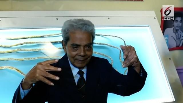 Setelah 66 tahun, seorang pria asal Pune, India akhirnya mengikhlaskan kukunya untuk dipotong.