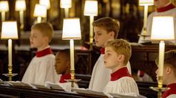 Sejumlah anak mengikuti latihan paduan suara untuk pernikahan Pangeran Harry dan tunangannya Meghan Markle di St George's Chapel, Windsor, Inggris (14/5). Setelah itu pasangan pengantin baru tersebut akan mengelilingi Windsor. (AFP/Pool/ Steve Parsons)
