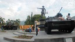 Anak-anak bermain di atas tank tempur bersejarah TNI yang berada di Monumen Nani Wartabone di Kilometer Nol Kota Gorontalo, Sabtu (22/9). Dua tank tempur bersejarah TNI itu diresmikan pada 12 september 2018. (Liputan6.com/Arfandi Ibrahim)