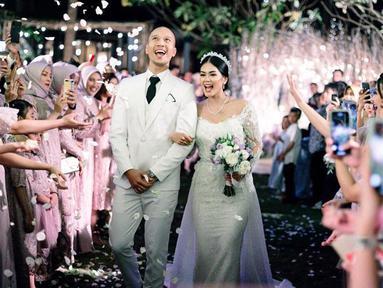 Setelah resmi menikah, Bima Aryo dan Rasyena Hikmayudi terlihat bahagia dengan tawa yang tergambarkan di wajah mereka berdua. (Liputan6.com/IG/@bimaaryo)