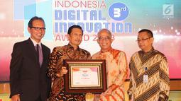 Dirut Bank DKI, Kresno Sediarsi (kedua kanan) menerima penghargaan Innovative Company in Digital Financial Services kategori Bank Pembangunan Daerah pada Indonesia Digital Innovative Awards 2018 di Jakarta,Jumat (25/05). (Liputan6.com/Pool/Budi)
