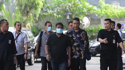Hakim Kayat (belakang batik abu-abu) dan orang yang berperkara kasus suap bebaskan terdakwa PN Balikpapan Papan tiba di KPK, Jakarta, Sabtu (4/5/2019). KPK mengamankan duit sekitar Rp 100 juta yang diduga terkait suap dalam penanganan kasus penipuan di persidangan. (merdeka.com/Imam Buhori)