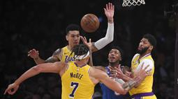 Pebasket New York Knicks, Elfrid Payton, dihadang pemain Los Angeles Lakers pada laga NBA di Staples Center, Rabu (8/1/2020). LA Lakers  menang 117-87 atas Knicks. (AP/Mark J. Terrill)