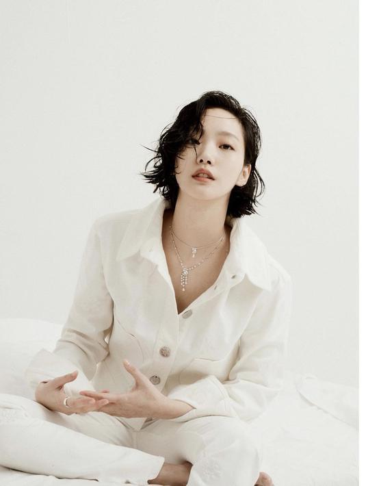 Ini adalah penampilan Kim Go Eun untuk sesi pemotretan. Mengenakan pakaian lengan panjang berkerah bernuansa putih dengan kancing besar, sederhana, namun terlihat sangat manis, bukan? Foto: Instagram @ggonekim.
