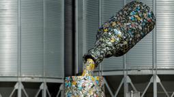 Sebuah patung yang diberi nama 'Bottle and glass' dipajang di Niksic, Montenegro, Senin (31/10). Patung karya seniman Nikola Simanic dan Marko Petrovic Njegos itu terbuat dari ribuan kaleng bir dan memiliki tinggi lima meter. (REUTERS / Stevo Vasiljevic)