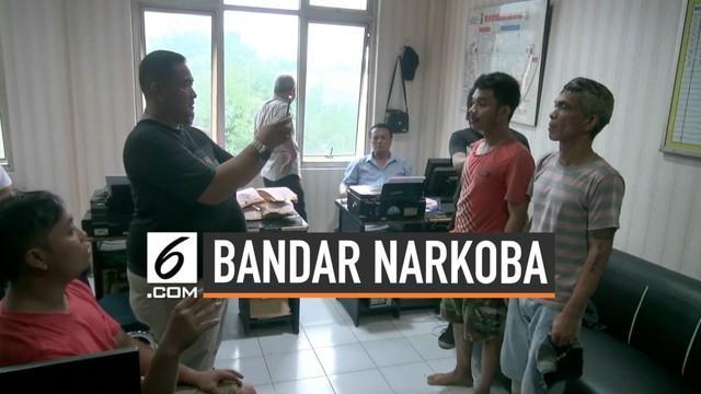 Tiga bandar narkoba kejar-kejaran dengan polisi di kawasan Petamburan, Jakarta Barat. Polisi ahirnya menangkap pelaku beserta timbangan plastik, klip, dan alat hisap.