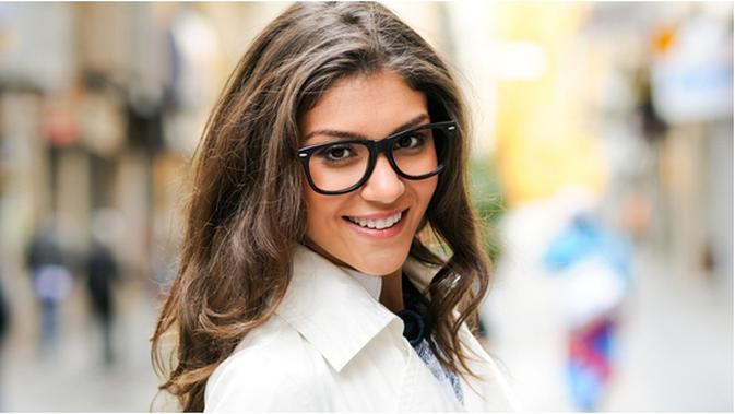 Tips Pakai Makeup Bagi Wanita Berkacamata Beauty Fimela Com