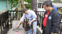 Asprov Jabar berziarah ke makam Ir. Soeratin di di TPU Sirnaraga, Jalan Pajajaran, Kota Bandung, Jumat (19/4/2019). (Bola.com/Erwin Snaz)