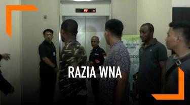 Kantor Imigrasi Jakarta Pusat menggelar Razia di sebuah apartemen di kawasan Cempaka putih. Razia ini menjaring 15 WNA yang berstatus overstay, dan tidak memilik paspor. Seorang WNA kabur saat razia berlangsung.