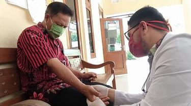 Dokter di Banyumas blusukan ke desa-desa mensosialisasikan pencegahan Covid-19 dan mengobati pasien dengan akupuntur. (Liputan6.com/Purbo Handoyo)