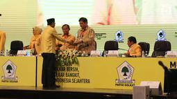 Ketum Partai Golkar, Airlangga Hartanto (kedua kanan) menerima dokumen dari pengurus Golkar saat sidang paripurna Munaslub Partai Golkar di Senayan, Jakarta ,Selasa (19/12). (Liputan6.com/Angga Yuniar)