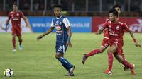 Gelandang Arema FC, Ridwan Tawainella, mengontrol bola saat melawan Persija Jakarta pada laga Liga 1 di SUGBK, Jakarta, Sabtu (31/3/2018). Persija menang 3-1 atas Arema FC. (Bola.com/Vitalis Yogi Trisna)