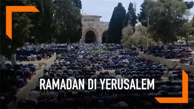 Ratusan ribu umat muslim memadati kompleks Masjidil Aqsa di Yerusalem. Sembari menjalankan ibadah, umat muslim digaja ketat pasukan Israel.
