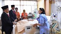 Presiden Joko Widodo bersama Wapres Jusuf Kalla saat menjenguk Presiden ke 6 Susilo Bambang Yudhoyono (SBY) yang sedang dirawat di Rumah Sakit Pusat Angkatan Darat (RSPAD) Gatot Soebroto, Jakarta Pusat, (19/7). (Liputan6.com/Pool/Biro Pers Setpres)