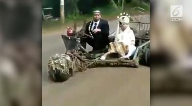 Sepasang pengantin memilih menggunakan Vespa gembel sebagai kendaraannya
